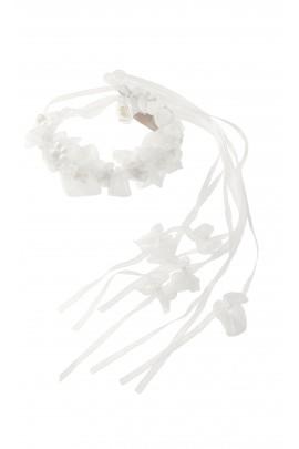 Wianek z białych kwiatów umieszczonych na druciku, Aletta