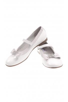 Białe pantofelki zapinane na pasek, Chérie